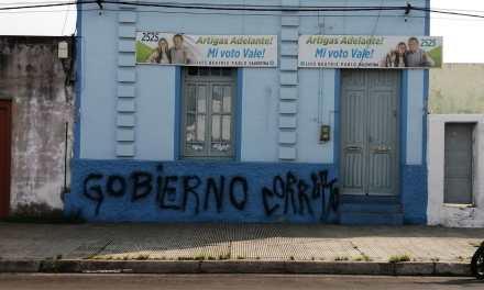 ATENTARON CONTRA LA SEDE DE ARTIGAS ADELANTE, PINTANDO<br> «GOBIERNO CORRUPTO».