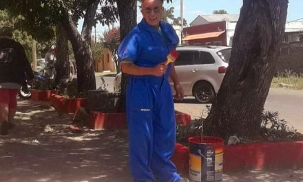 PINTANDO SUEÑOS – EL MAESTRO DIRECTOR DE LA ESCUELA 8 PINTA LA ESCUELA PARA RECIBIR A SUS ALUMNOS.