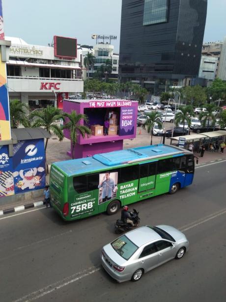 Billboard AXIS OWSEM di Sarinah, Thamrin Jakarta Pusat