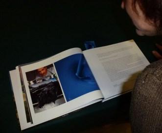 Cathy JACOB penchée sur les pages consacrées à l'Artisan Pastellier
