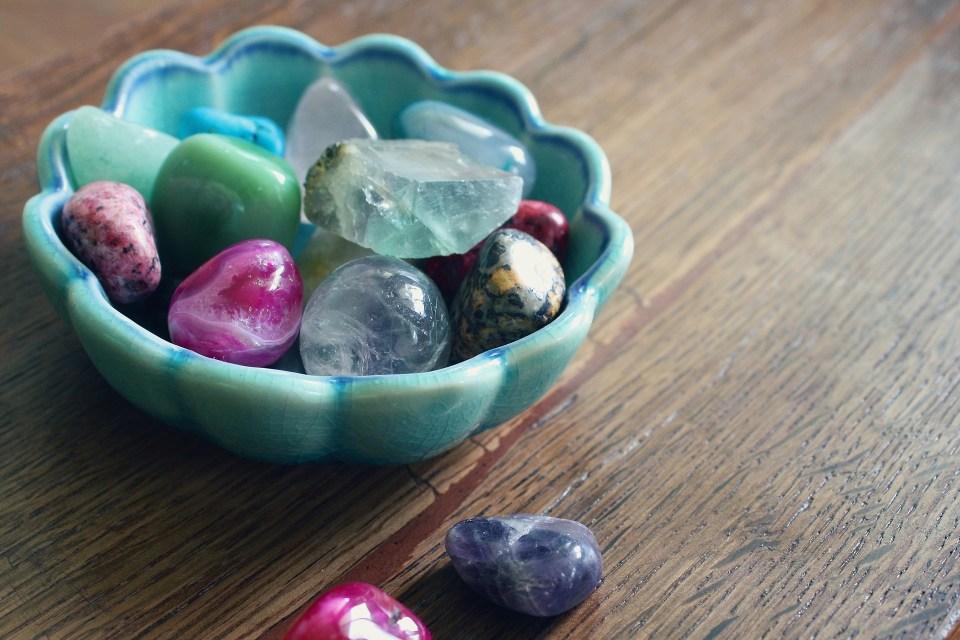 Не забравяйте силата на полускъпоценните и скъпоценните камъни.