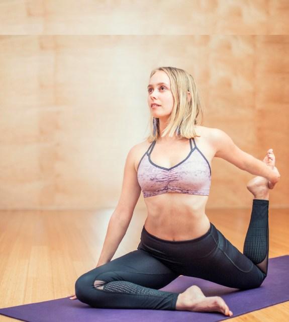 спорт, пилатес, йога, упражнения вкъщи, изолация, корона вирус, стоя си вкъщи