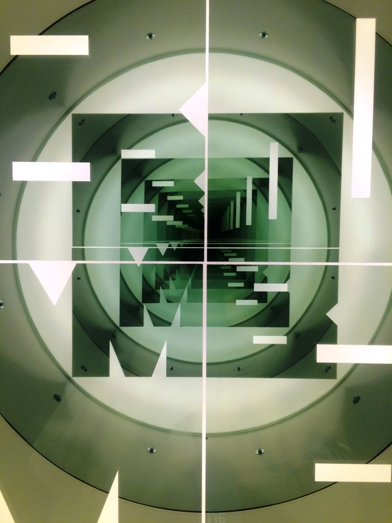 Iván Navarro, Bomb, 2016, tambor de batería vintage, espejo unidireccional, espejo y luces LED (tiras de LED), 79 × 79 × 55 cm. Foto: Alejandra Villasmil