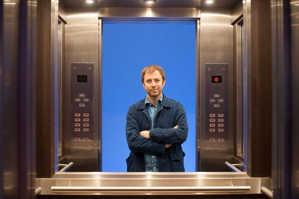 El artista Leandro Erlich en su obra Ascensores, en el Espacio Chandon de la feria. Foto cortesía de arteBA Fundación