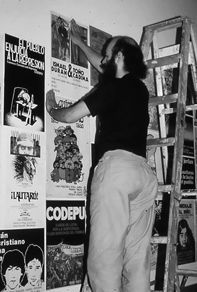 Antonio Kadima en trabajo de montaje para la exhibición del trabajo gráfico de Tallersol en la Peña Cultural Center, en Berkley, San Francisco, EE.UU. 1986.