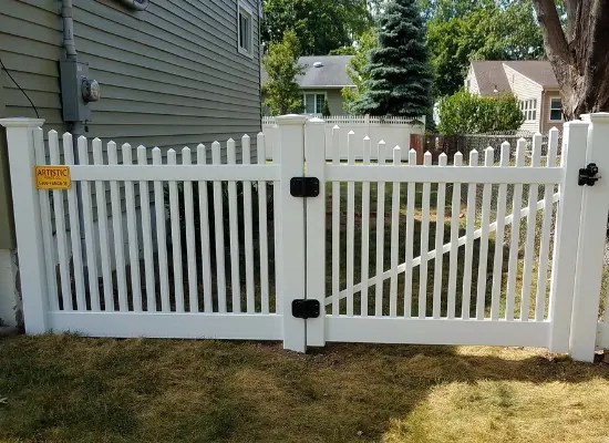 White vinyl picket scalloped to fence and gate with scalloped top and black hardware