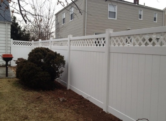White vinyl backyard fence. Privacy fencing with lattice top