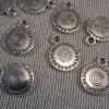 Pendentifs rond gravé spiral argenté 17mm en métal - lot de 10