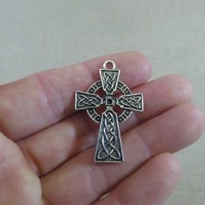 Pendentif croix argenté gravé nœud celtique 41mm en métal