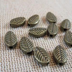 Perles ovale gravé feuille bronze 9mm – lot de 20