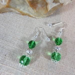 Boucles d'oreille perlée verte facetté et fleuri – bijoux femme