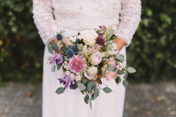 ramo campestre con flores y eucaliptos