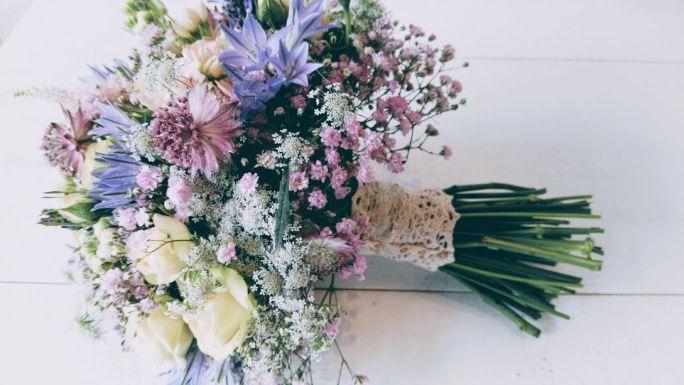 bouquet silvestre con paniculata rosa y flores variadas