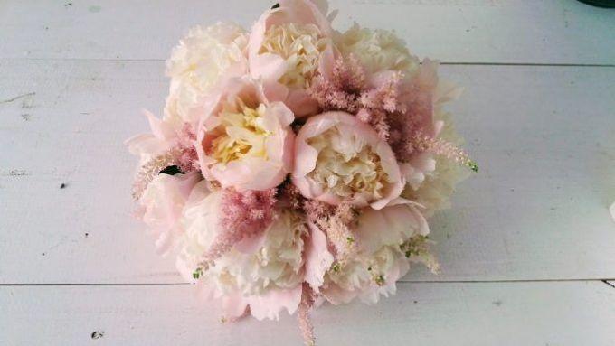 Ramo de peonias rosas y astilbe