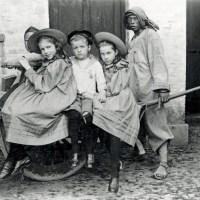 Дети европейцев и служанки-китаянки с забинтованными ногами