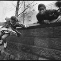 Девочка, перепрыгивающая через стену. Национальный парк, Нью-Йорк. 1967 г.