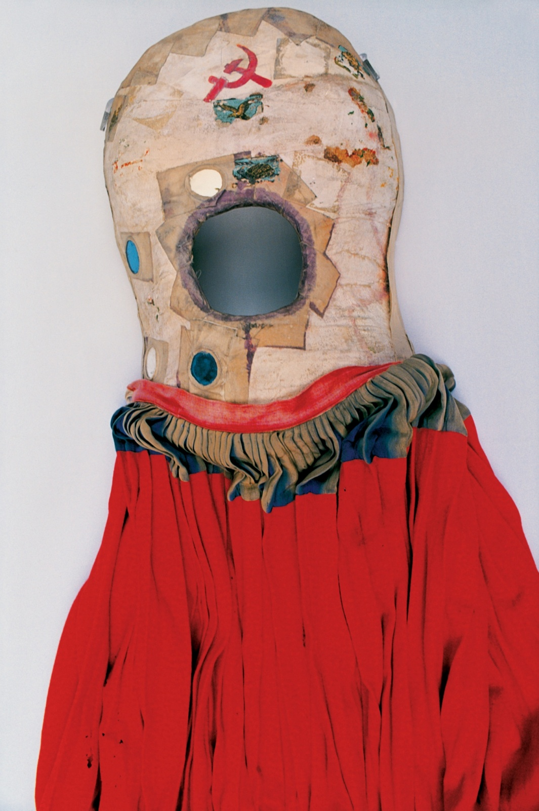 """После страшной дорожной аварии тело Фриды Кало было """"заковано"""" в гипс, и три месяца она была неподвижна. Поправившись, она разукрасила  свой гипсовый корсет, превратив медицинское приспособление в произведение искусства."""