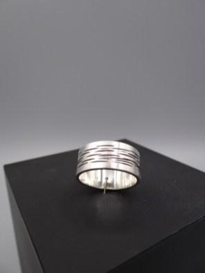 Arto Edelsmeden- Soft mat zilveren herenring met zaaglijnen en oxyde