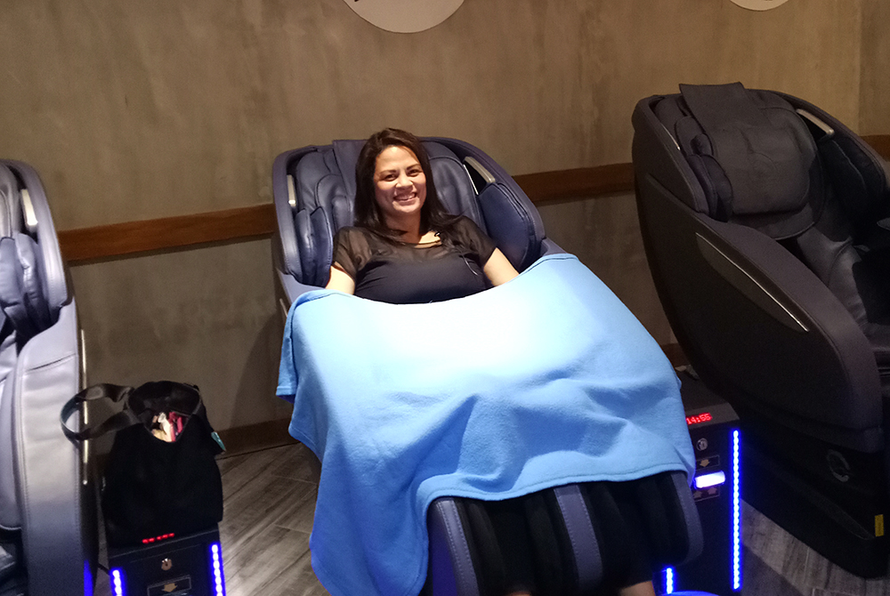 Modern Chair Massage at The Luxe Lounge Ayala Malls Circuit