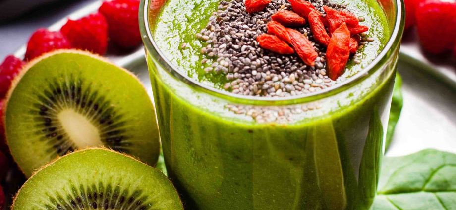 Spinach, raspberry kiwi smoothie