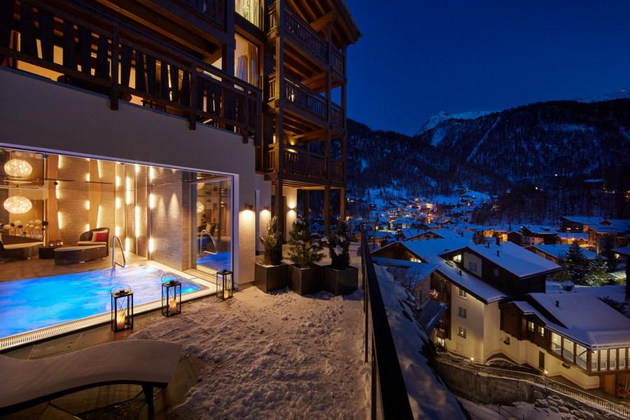 Zeitgenössische Architektur trifft hier auf Lärchenholz, dunkler Stein auf offene Verglasungen. Insgesamt bieten sechs Wohnungen von 90 m2 bis 300 m2.