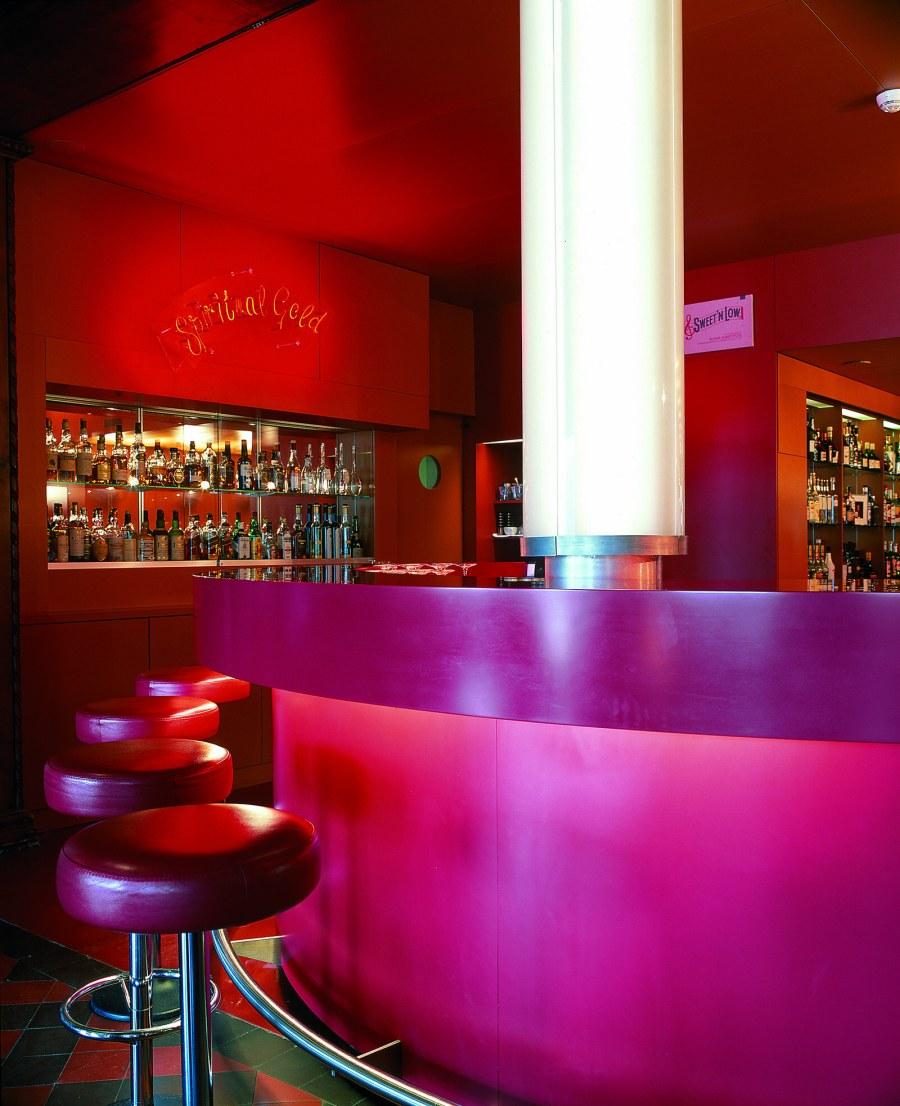 """Ein sinnlicher Ort für Begegnungen die """"Rote Bar"""" von Gabrielle Hächler und Pipilotti Rist."""