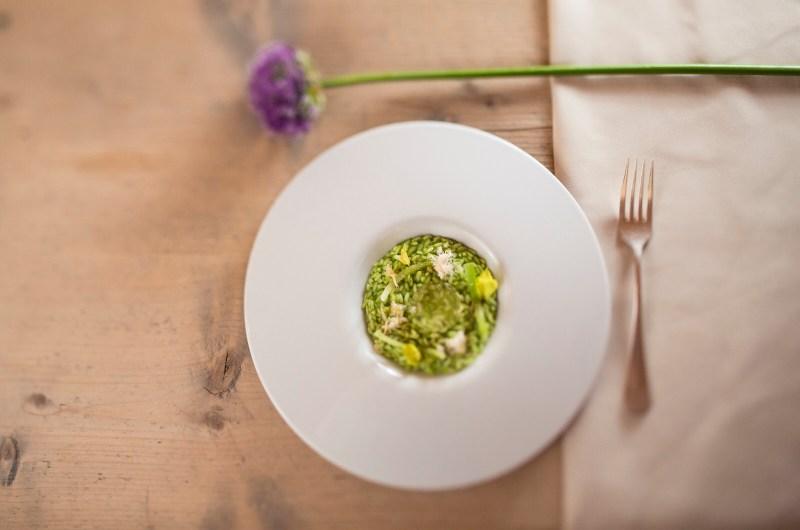 Risotto mit grünem Sellerie | Kamille | Haselnüsse