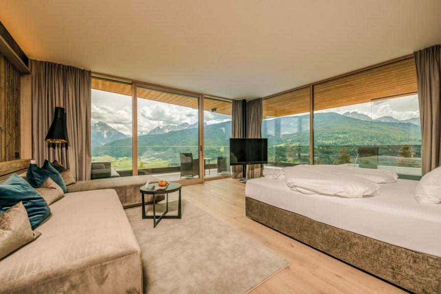 Penthouse-Luxus-Suiten mit großen Glasfronten und Dolomitenblick laden zum Wohlfühlen ein.