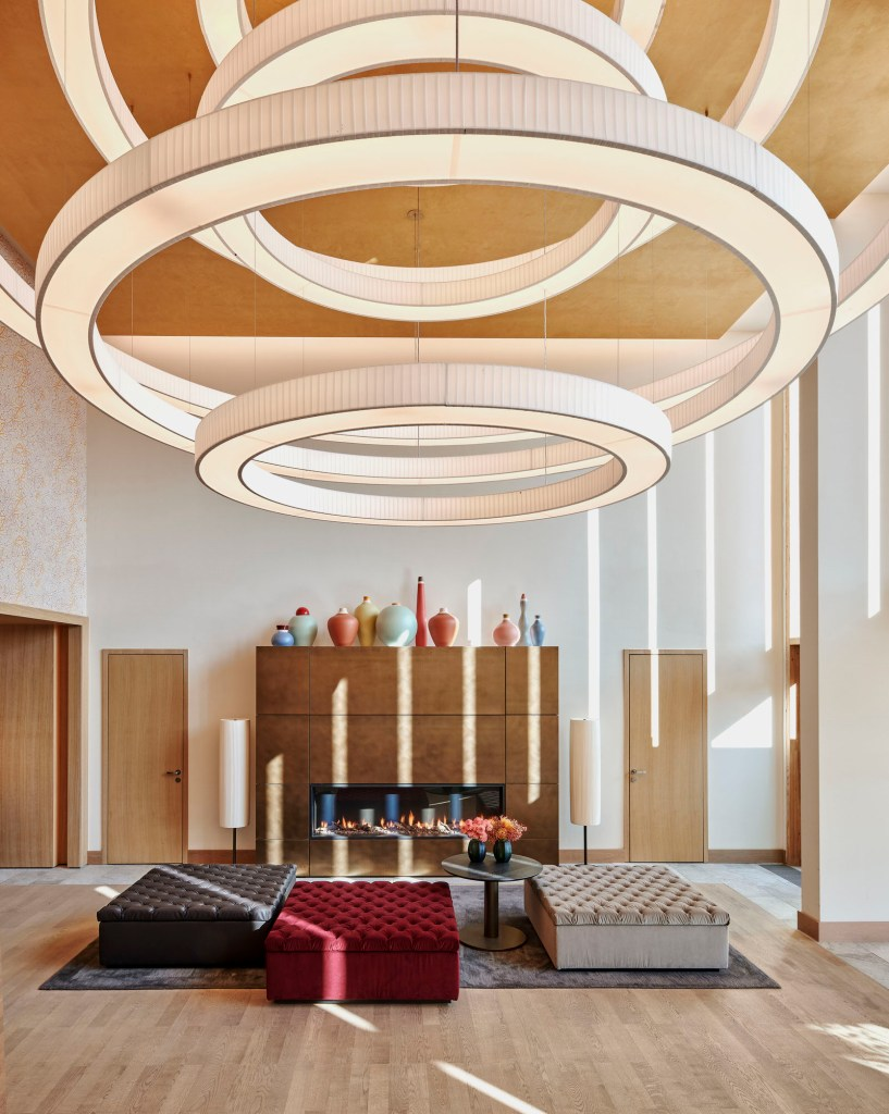 WALDHOTEL HEALTH & MEDICAL EXCELLENCE: Das Interior der 9-stöckigen, 25.000 m² großen Anlage, mit ihren 160 Zimmern und Suiten zwischen 42 bis 150 m², stützt sich auf natürliche Materialien, organische Formen und warme Farben, die eine entspannende, positive Atmosphäre schaffen. Foto © AndreaGaruti