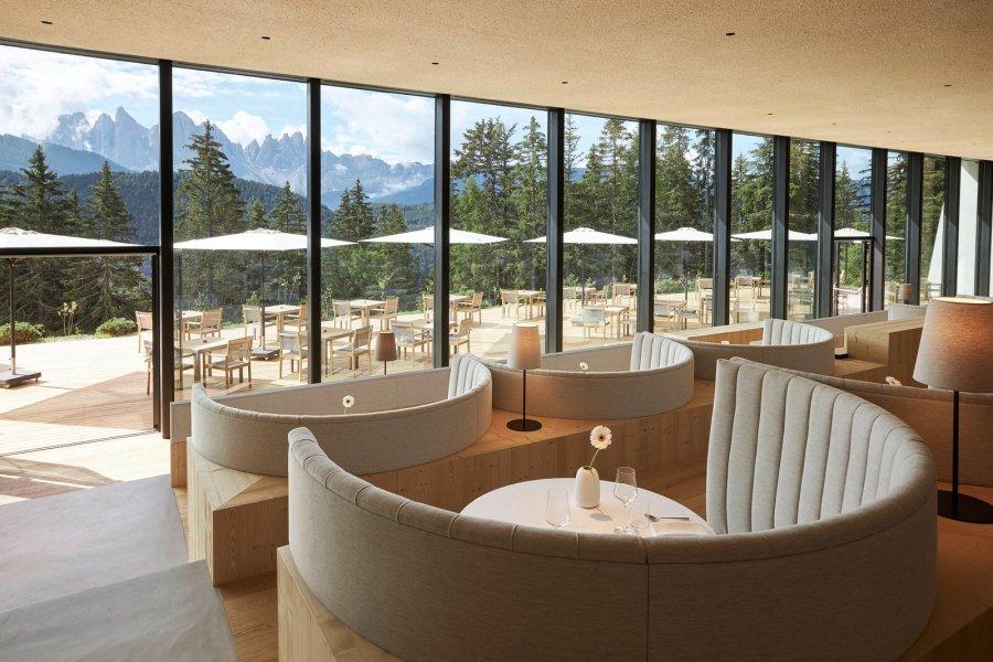 Das Restaurant ist stufenförmig ausgerichtet. So bietet jeder Tisch die gewünschte Privatsphäre und gleichzeitig einen weiten Ausblick über umliegende Wälder und den Sonnenuntergang in den Dolomiten.