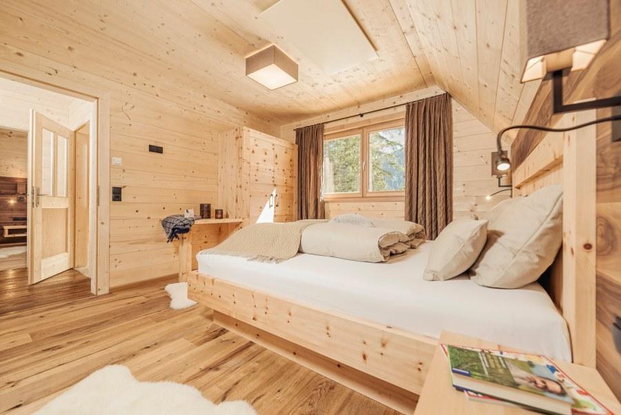 Fünf individuell gestaltete Chalets mit herrlichem Ausblick, bis 85m², Vollholz, Zirbenmöbel und Naturstein.