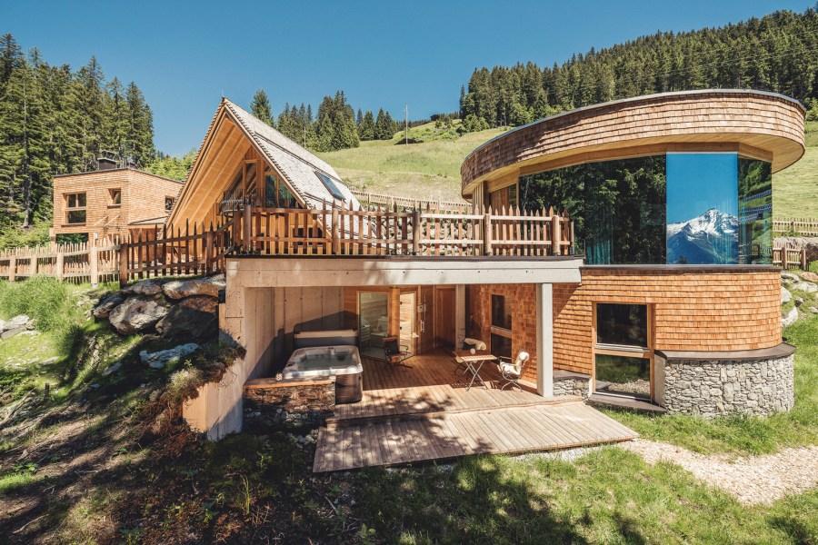 """CHALET """"ERIKA"""" mit Sauna im Untergeschoss, offene Küchenecke, exklusiver Wohnbereich und Tür zum Entspannungsbereich, offener Kamin, Weindepot"""