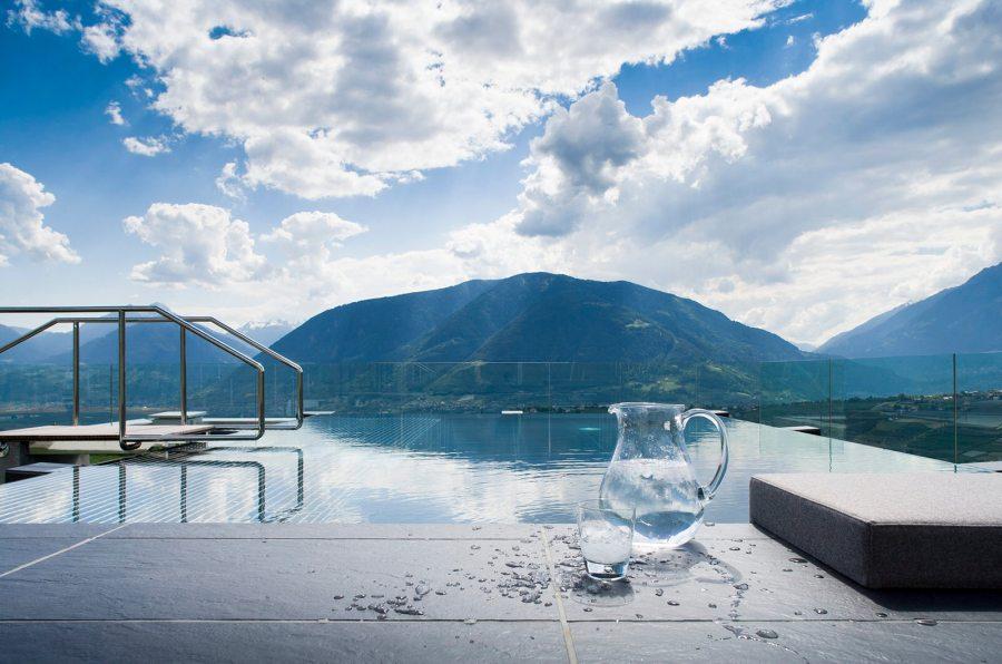 Auf der DachteHoch oben, auf der Dachterrasse des VistaSpa, thront gewissermaßen der Gipfel des Wassergenusses – das angenehm temperierte Solebecken aus Glas.