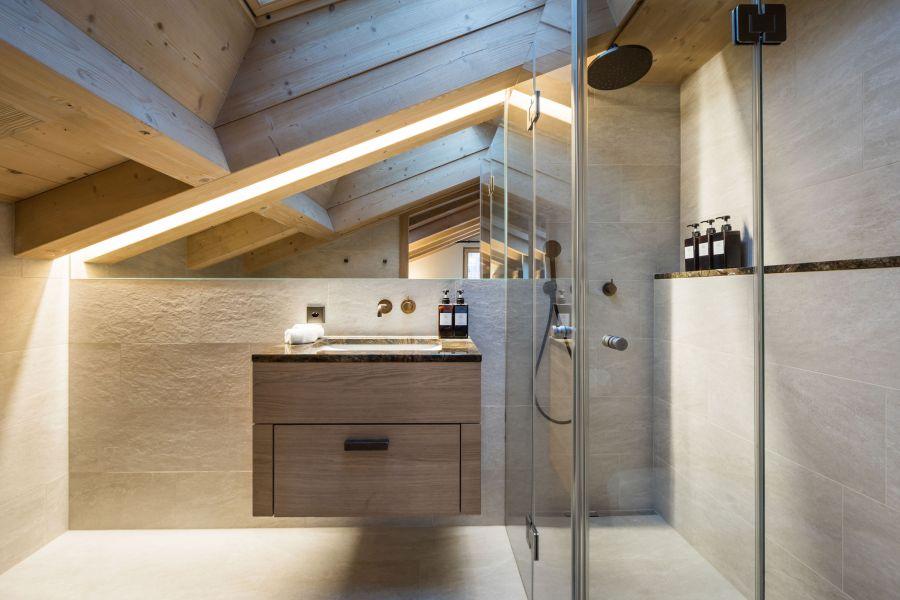 Maßgeschneidertes Badezimmer mit einer schönen Walk-In-Dusche oder Badewanne.