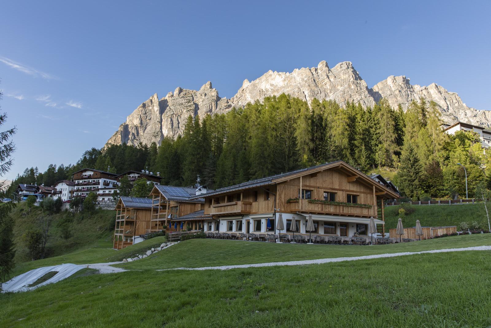 Dolomite Lodge mit atemberaubender Aussicht auf die eindrucksvollen Ampezzaner Dolomiten.