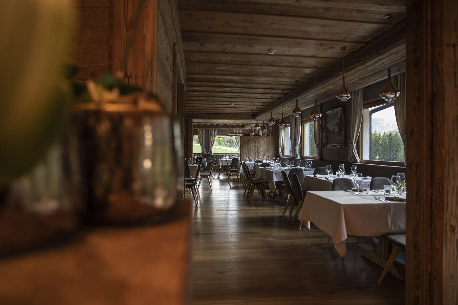 Im Restaurant Dolomiti Lodge servieren die Chefköche Renzo und Claudio Averà die traditionellen Ampezzaner Küche.