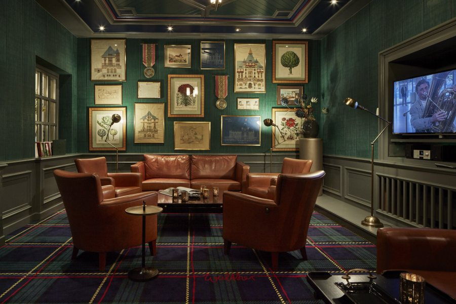 Bar & Smoker's Lounge