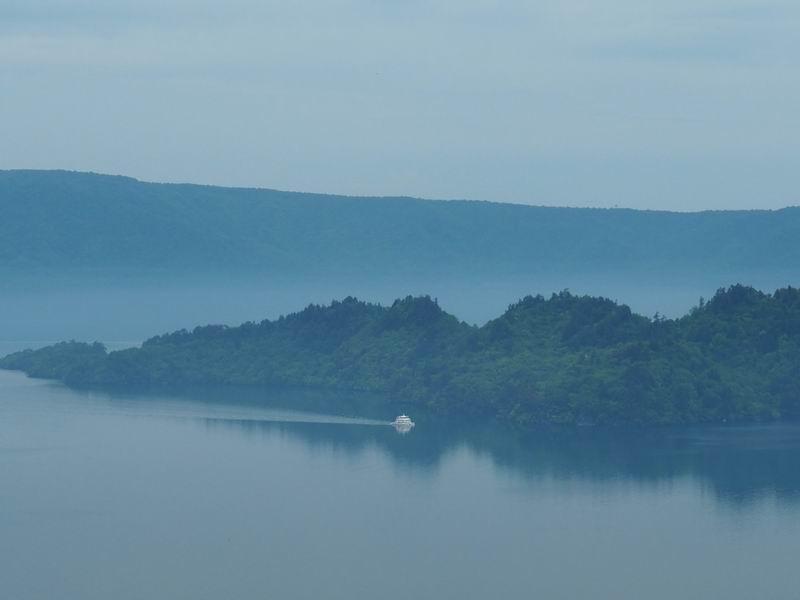 十和田湖の朝霧の風景写真