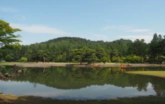 毛越寺の大泉が池の初夏の風景写真