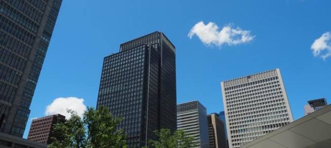 東京駅丸の内のビル群の風景写真