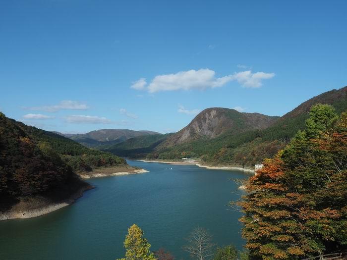 鳴子ダム荒尾湖の紅葉写真の風景