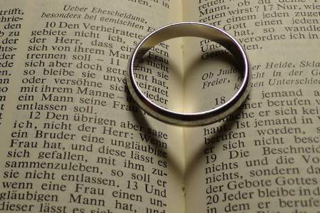 結婚とはどう違う?新しい夫婦関係の事実婚のメリット・デメリット