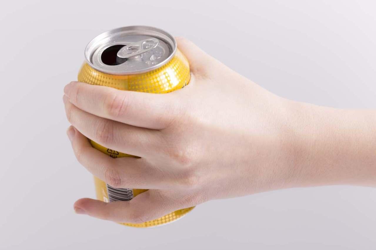 アルミ缶を手でぺしゃんこにする!空き缶を簡単に小さくするつぶし方