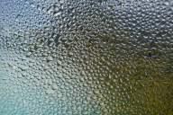 カビや悪臭の原因に!冬の窓に水滴が結露するのを防ぐ対策方法6選