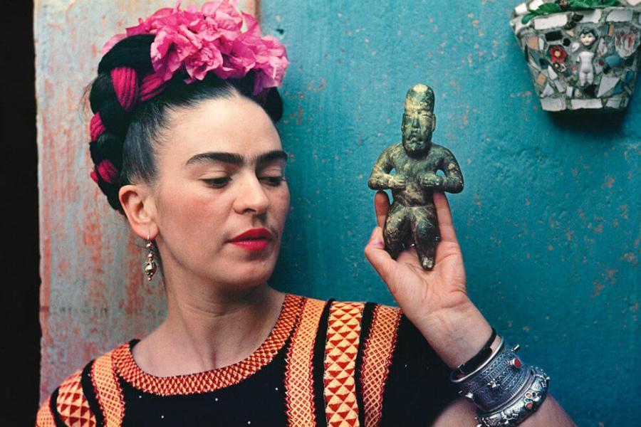 Фрида Кало с фигуркой ольмеков