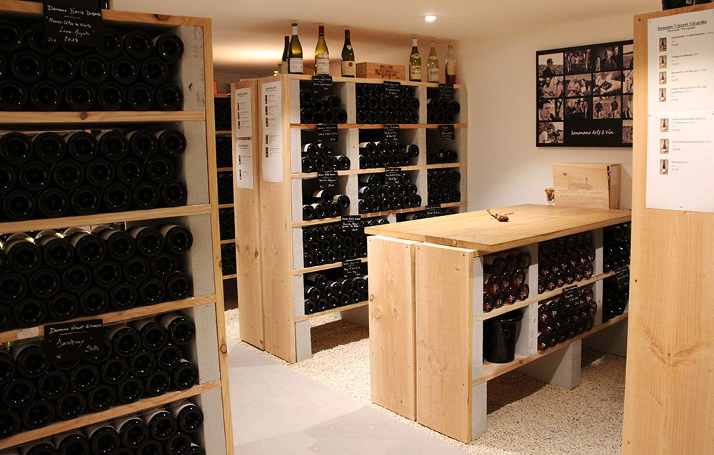 Cave arts et vin avec bouteilles dans casiers