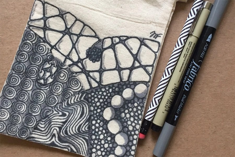 A pen and some fabric | un stylo et du tissu