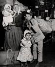 Lewis HINE _ Une famille italienne à la recherche de son bagage égaré Ellis Island, 1905