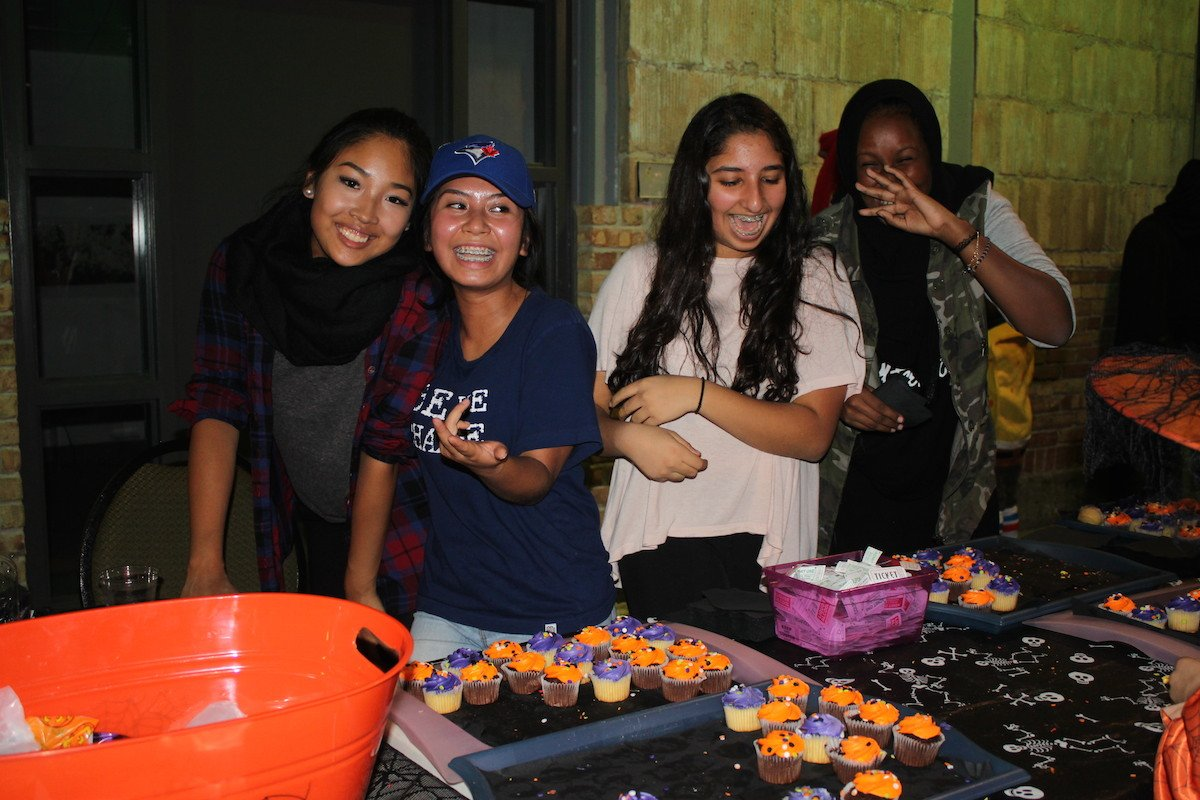 volunteers with cupcakes