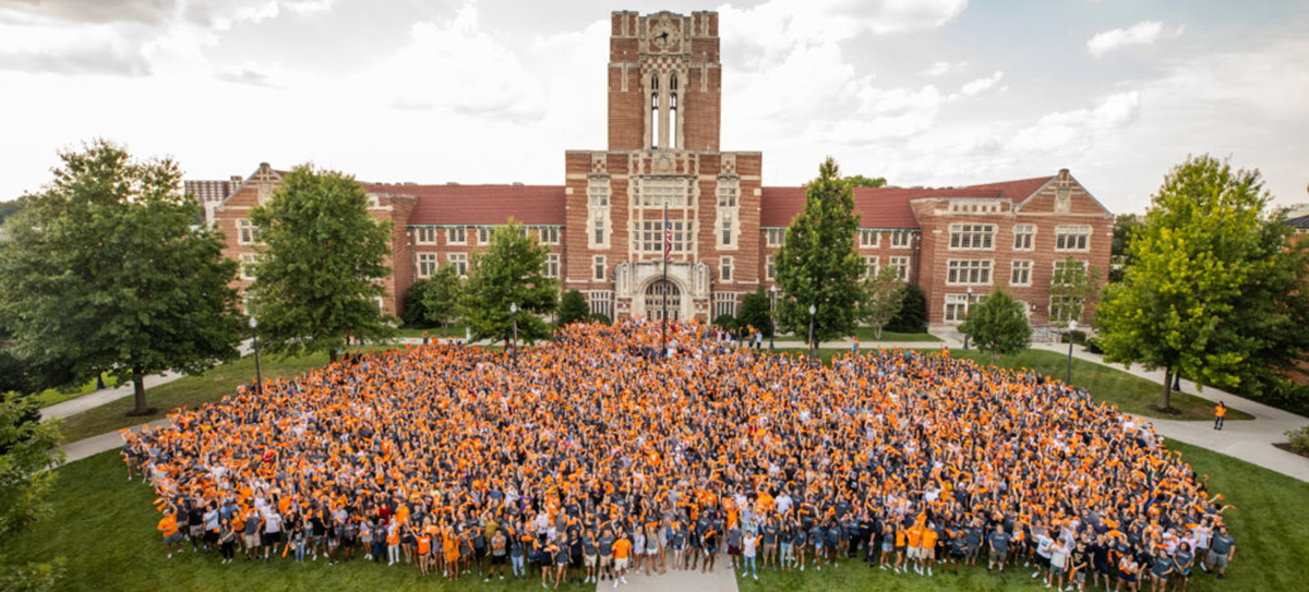 2019 freshman class photo in front of Ayres Hall on August 18, 2019. Photo by Steven Bridges/University of Tennessee